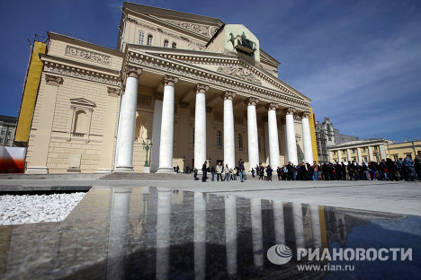 On April 29, the new façade of the State Academic Bolshoi Theater and the renewal of the adjoining Theater Square were ceremonially unveiled after reconstruction. Now Muscovites and tourists can see the façade that was originally designed by architect Albert Cavos in 1856.