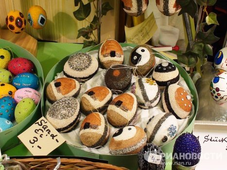 People decorate Easter eggs using onion skins and edible paint, as well as acrylics, watercolors, sand, beads, gemstones and straw. Some even pierce the eggs with a dental drill. This can be found at an ongoing Easter egg exhibition in Berlin.