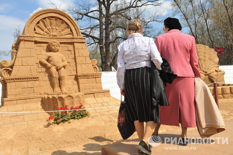 A sand sculpture festival opened April 30 at Moscow's National Exhibition Center features replicas of world-famous fountains.