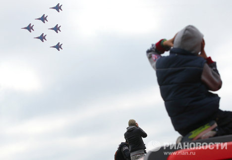 Russia's famed Strizhi aerobatics team celebrated its 20th anniversary on Friday with a performance over Kubinka airfield outside Moscow. The team showed several aerobatic maneuvers for the first time.