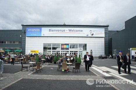 The 49th International Paris Air Show opened at Le Bourget Airport near Paris on June 20. The first four days are reserved for professionals, while the remaining three are open to the public. This is the world's oldest and biggest air show.