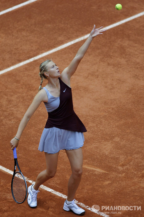 At the French Open, Sharapova prefers to compete in an outfit in the romantic style. Photo: Maria Sharapova at the 2010 French Open.