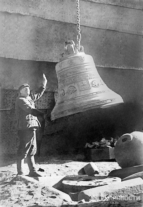 Russia's main cathedral, a monument of combat glory, was barbarously destroyed 80 years ago, at noon on December 5, 1931. The cathedral withstood the first explosion and a new demolition charge had to be planted. Everything was finished several hours later. Photo: Removing bells from Christ the Savior Cathedral. 1930.