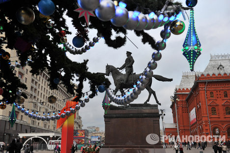 This year the authorities in Moscow decided to put up the city's New Year and Christmas decorations  early, on November 25, in order to summon up the festive spirit among the city's residents well ahead of time. Arrangements for this year's New Year decorations are different - for the first time young designers have been drafted in to help with the arrangement of the capital's decorations.<br />Photo: decorations on the Christmas tree in Manezh Square.