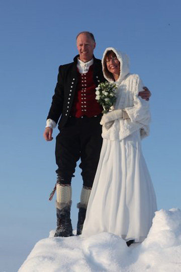 Famous Norwegian explorer Borge Ousland and his bride Helge became the first couple ever to get married at the North Pole.