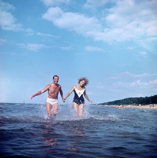"""This RIA Novosti photo essay is a reminder of beach vacations in Soviet times, when no one knew the meaning of """"all inclusive."""" Photo: A couple on vacation on the Riga seashore. The Latvian Soviet Socialist Republic (1966)."""