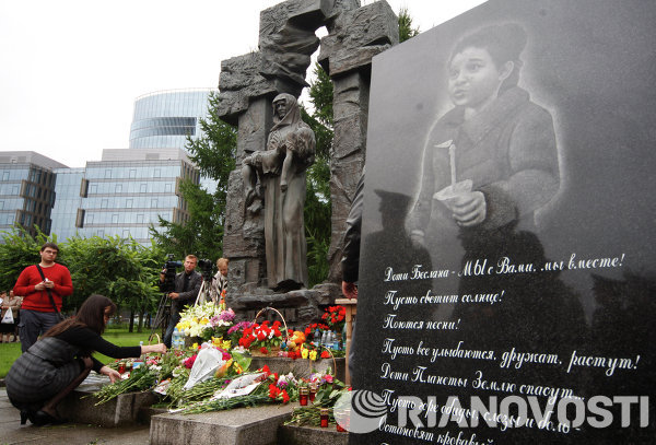 Three-day mourning in memory of the deceased in the tragedy at school No.1 in Beslan ended on Monday with a minute of silence and laying flowers at the monument The Tree of Mourning in South Ossetia.